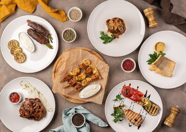 テーブルの上の肉と魚料理の品揃え