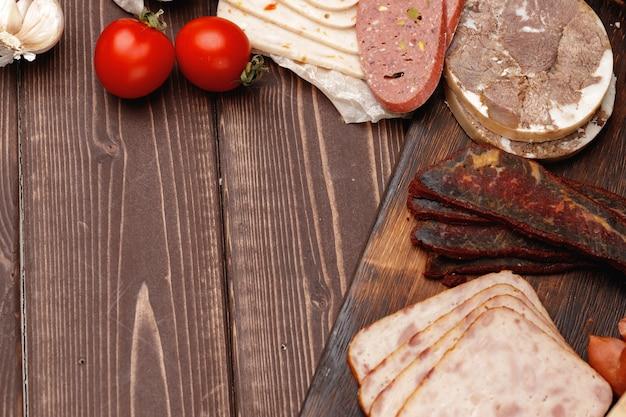 木の表面の肉とソーセージの品揃え