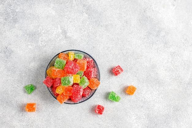 Ассортимент разноцветных мармеладов.