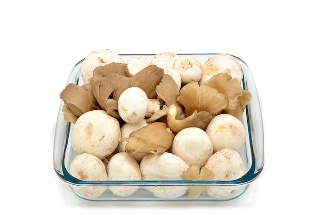 Ассорти из грибов в стеклянной миске