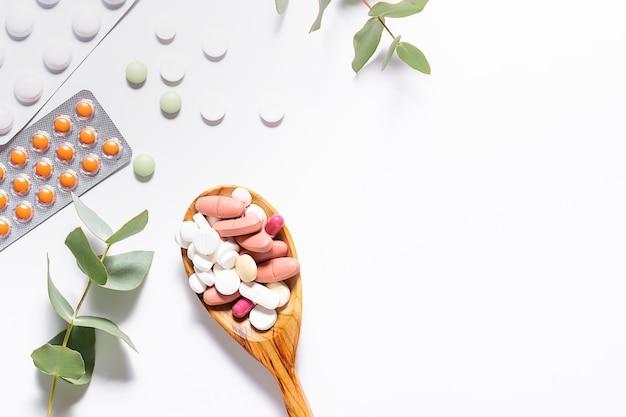 Ассортимент натуральных таблеток и витаминов для поддержки иммунитета во время пандемии. концепция здравоохранения.