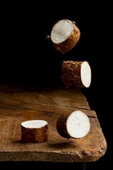 Ассортимент нарезанных питательных корней маниоки