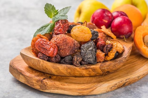 다양한 견과류 및 말린 과일