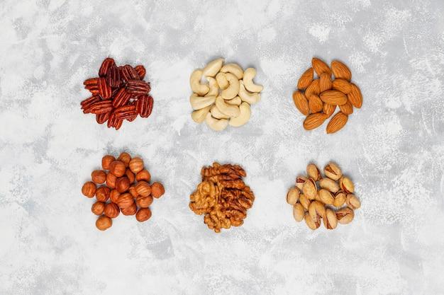 ナッツの詰め合わせカシューナッツ、ヘーゼルナッツ、クルミ、ピスタチオ、ピーカンナッツ、松の実、ピーナッツ、レーズン。トップビュー