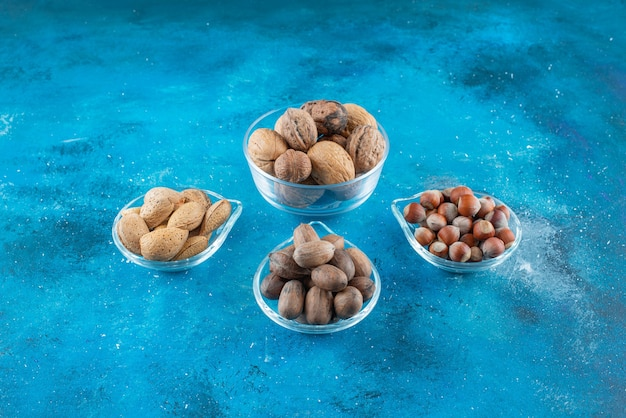 青い表面のボウルにナッツの品揃え