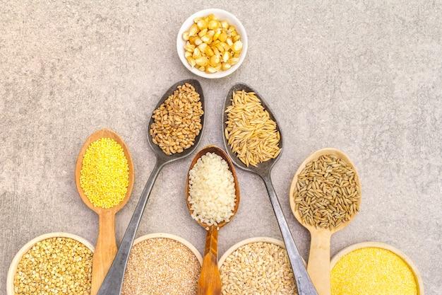 Ассортимент органических зерновых, бобовых и цельного зерна в мисках