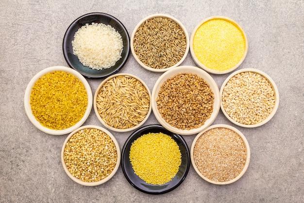 ボウルに有機穀物、マメ科植物、全粒穀物の品揃え