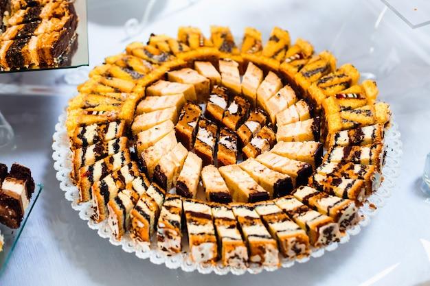 Ассортимент кусочков торта. кусочки вкусных десертов