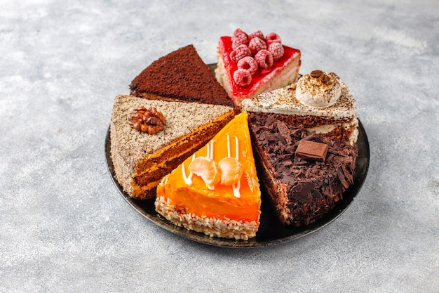 Ассортимент кусочков торта.