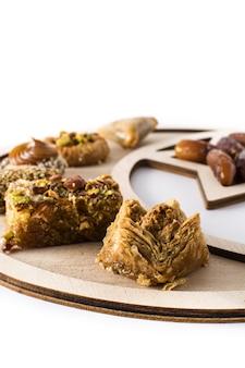 Ассортимент десертной пахлавы рамадан изолирован