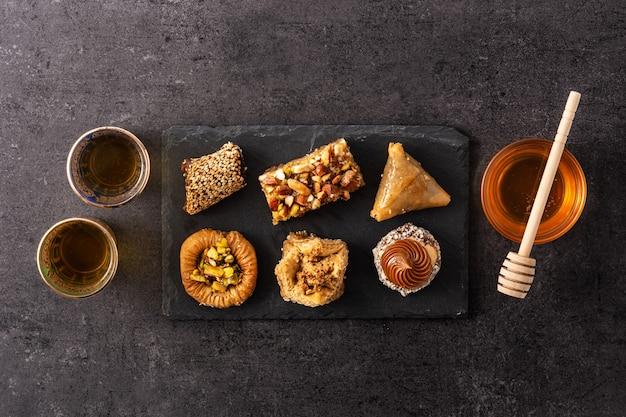 Ассортимент десертной пахлавы рамадан на черном фоне