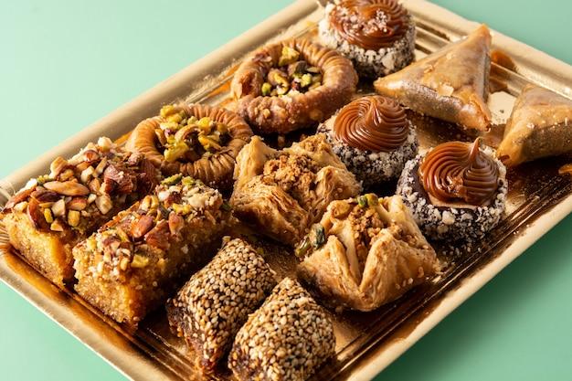 Ассортимент десертной пахлавы рамадана на зеленом столе