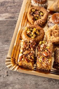Ассортимент десертной пахлавы рамадан на деревянном столе