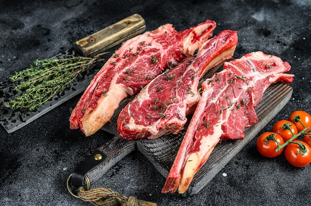 Ассортимент сырых нарезок стейков из говядины на кости
