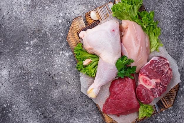 Ассортимент сырого мяса: курица, говядина, телятина и фарш.