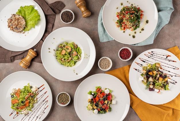 テーブルの上のサラダの品揃え