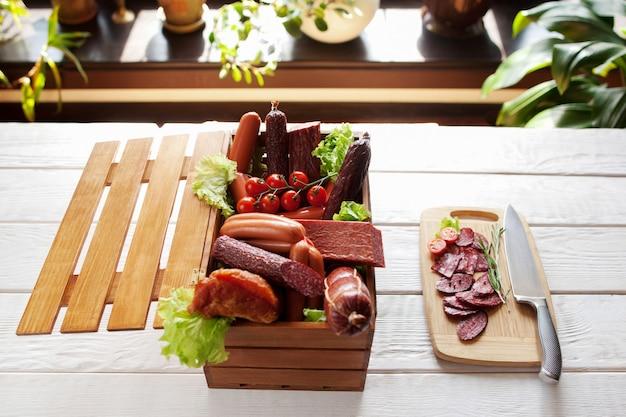 Ассортимент колбас и салями на разделочной доске
