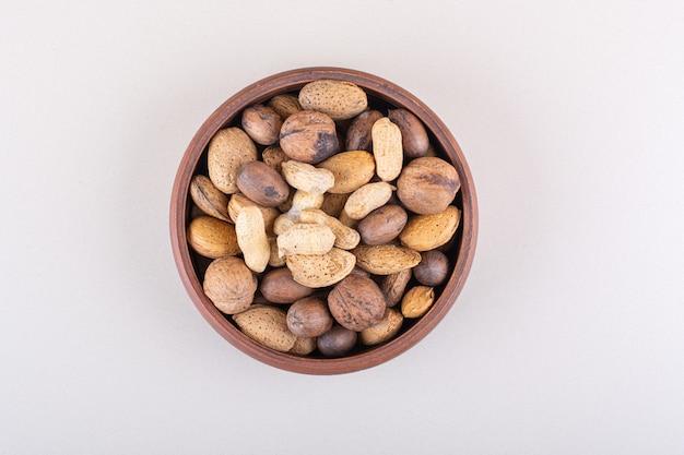 껍질을 벗긴 유기농 견과류의 구색은 흰색 배경에 놓여 있습니다. 고품질 사진