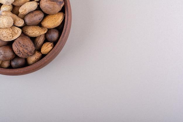 Ассортимент очищенных от скорлупы органических орехов на белом фоне. фото высокого качества