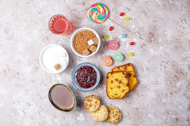 Ассортимент простых углеводов еды на светлом столе