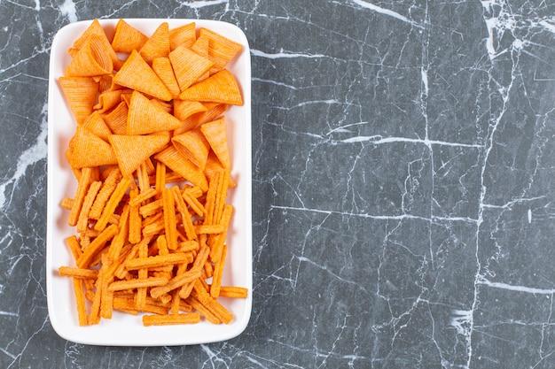 하얀 접시에 매운 된 칩의 구색입니다.