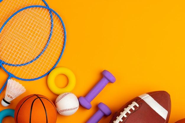노란색 배경, 평면도에 스포츠 장비의 구색