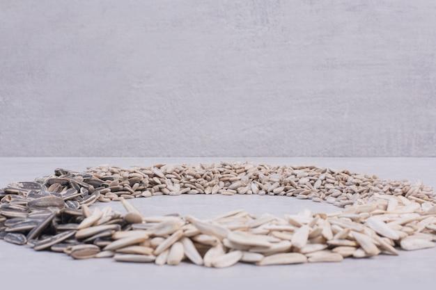 白い表面のヒマワリの種の品揃え。