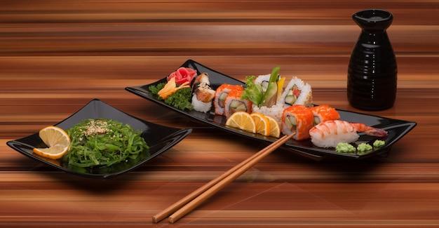 Ассортимент суши в черной квадратной тарелке