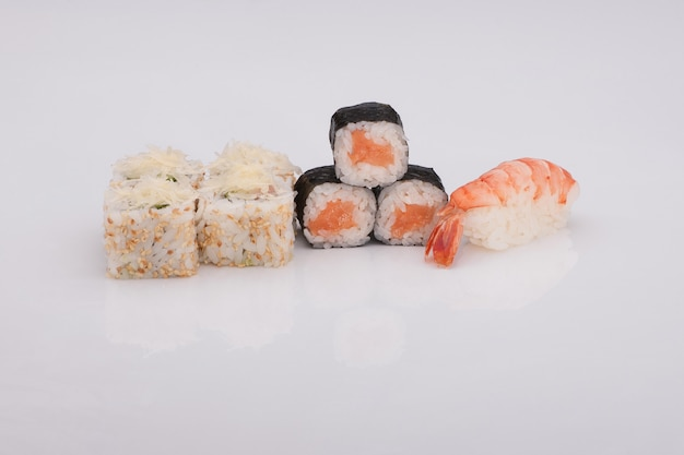 Ассортимент суши на белом фоне