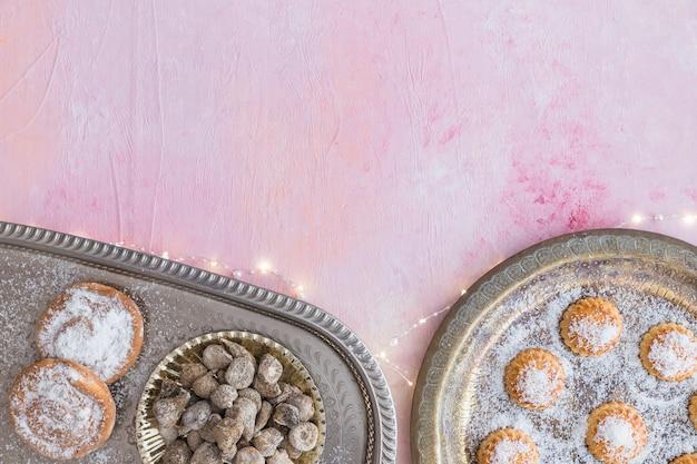 Ассортимент сладостей и осветительной гирлянды