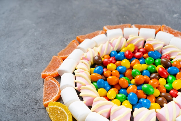 과자, 사탕, 마시멜로, 마멀레이드의 구색.