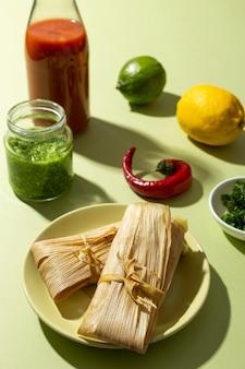 緑のテーブルの上のタマーレの材料の品揃え