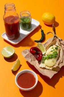 オレンジ色のテーブルにタマーレの材料の品揃え
