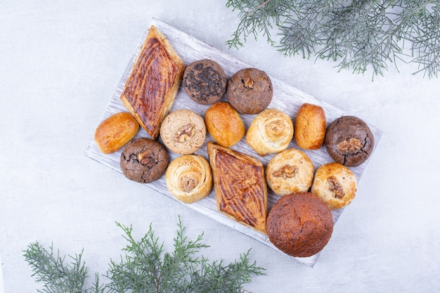 木の板においしいクッキーの品揃え