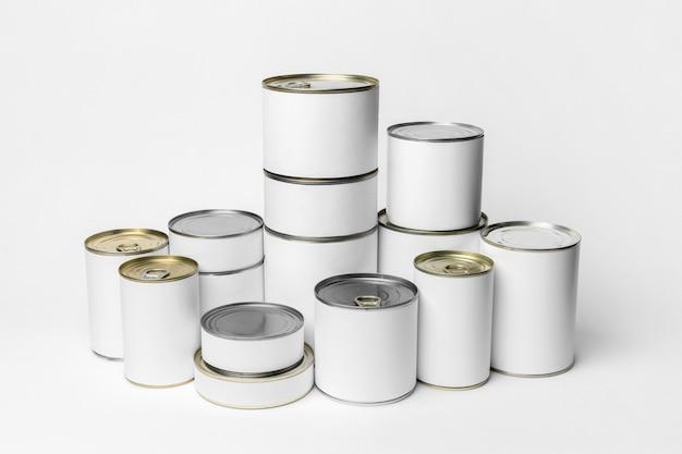 白いラベルが付いているブリキ缶の包装の品揃え