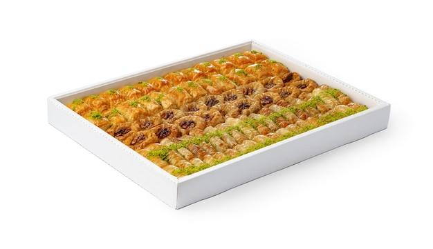 白い背景で隔離の白いボックスにトルコのバクラヴァデザートの品揃え