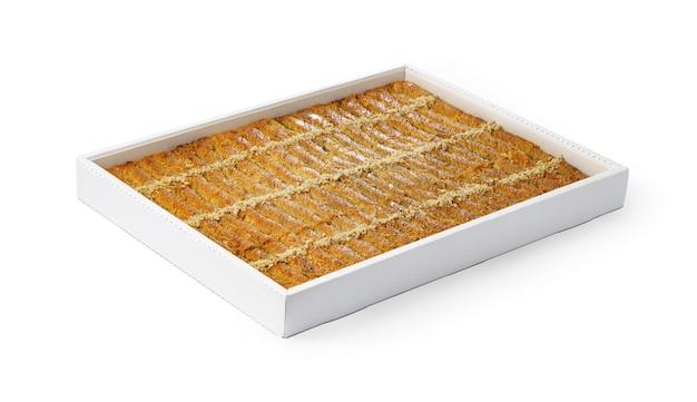 白で隔離される白い箱のトルコのバクラヴァデザートの品揃え