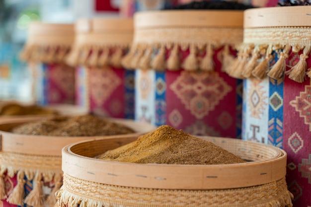 나무 그릇에 터키 향신료와 허브의 구색. 사프란, 옻나무, 백리향과 같은 터키 시장 향신료. 커민, 로즈마리 및 이소트.