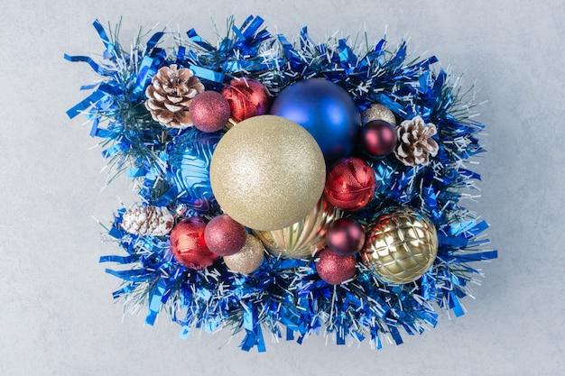 大理石の表面の木の板にさまざまなクリスマスの装飾の品揃え