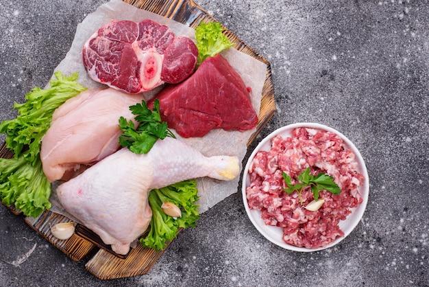 Ассортимент различного сырого мяса