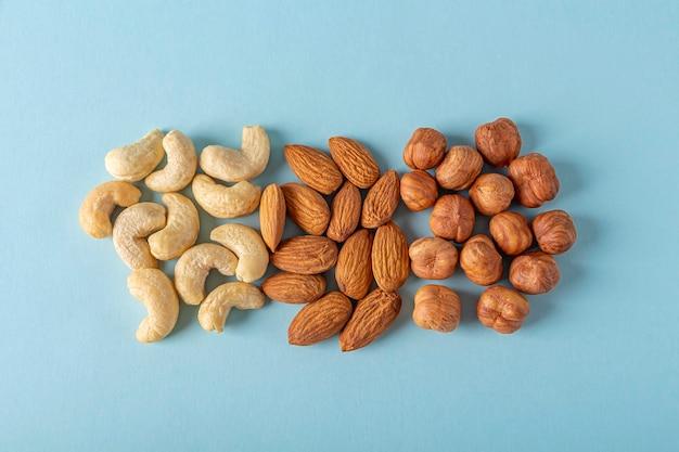 さまざまな種類のナッツカシューナッツ、ヘーゼルナッツ、アーモンドの品揃え