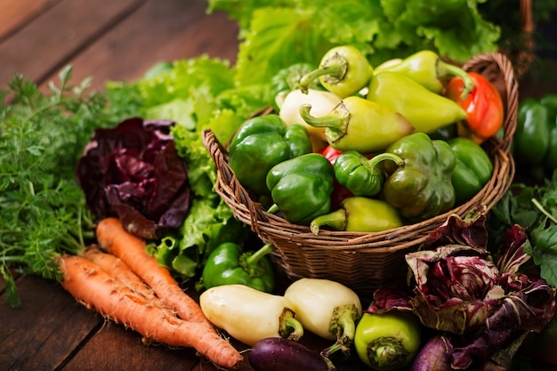 野菜と緑のハーブの品揃え。市場。かごの中の野菜