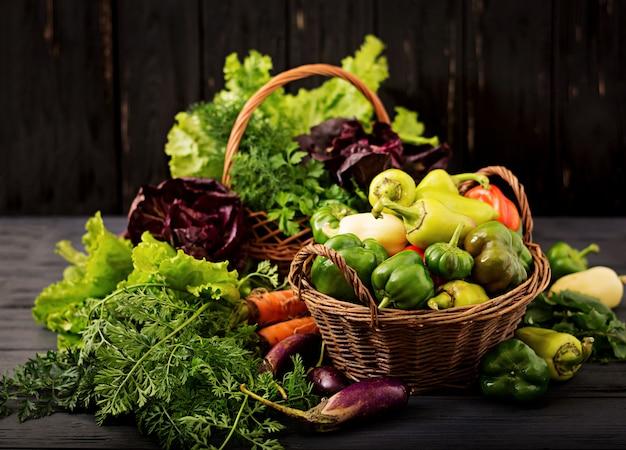 야채와 녹색 허브의 구색. 시장. 바구니에 야채