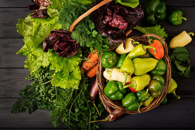 Ассорти из овощей и зелени. рынок. овощи в корзине