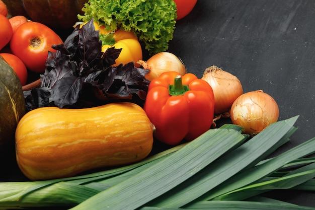 カボチャ、トマト、ピーマンなどの野菜の品揃え