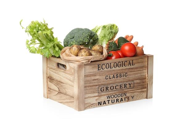 木製の箱に野菜の品揃え