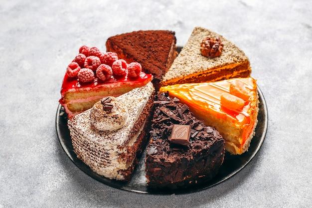 Assortimento di pezzi di torta.