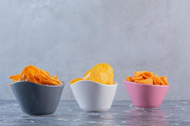 대리석 표면에 그릇에 감자 칩 구색