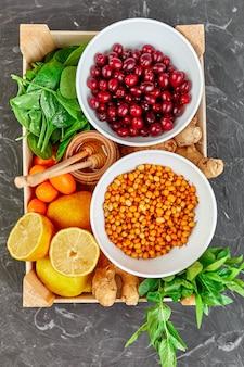Ассортиментный продукт, богатый антиоксидантами и источниками витаминов на сером