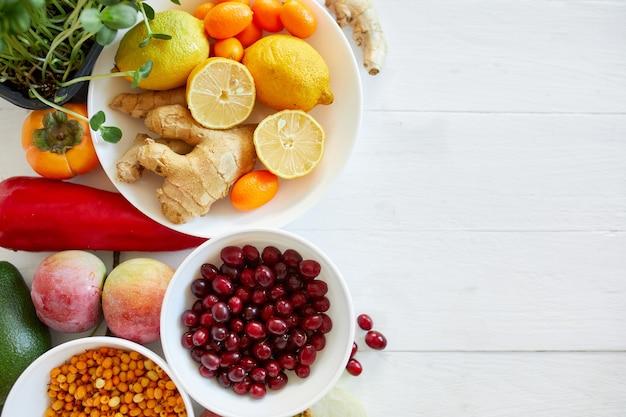 Ассортимент продуктов, богатых источниками антиоксидантов и витаминов на белом деревянном
